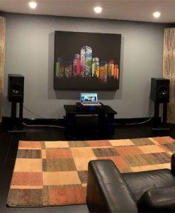 GIK Acoustics Demo Raum mit Akustikbildern und Tri-Trap Eckbassfallen