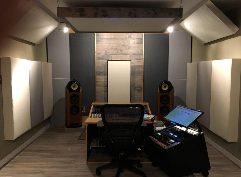Bassfallen Tri-Traps und hängende Deckenelemente von GIK Acoustics Im Sun Room Audio Mastering Studio Sun Room Audio Mastering Studio